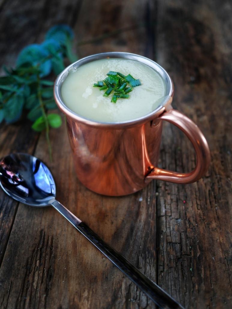 une tasse de soupe de pommes de terre poireaux