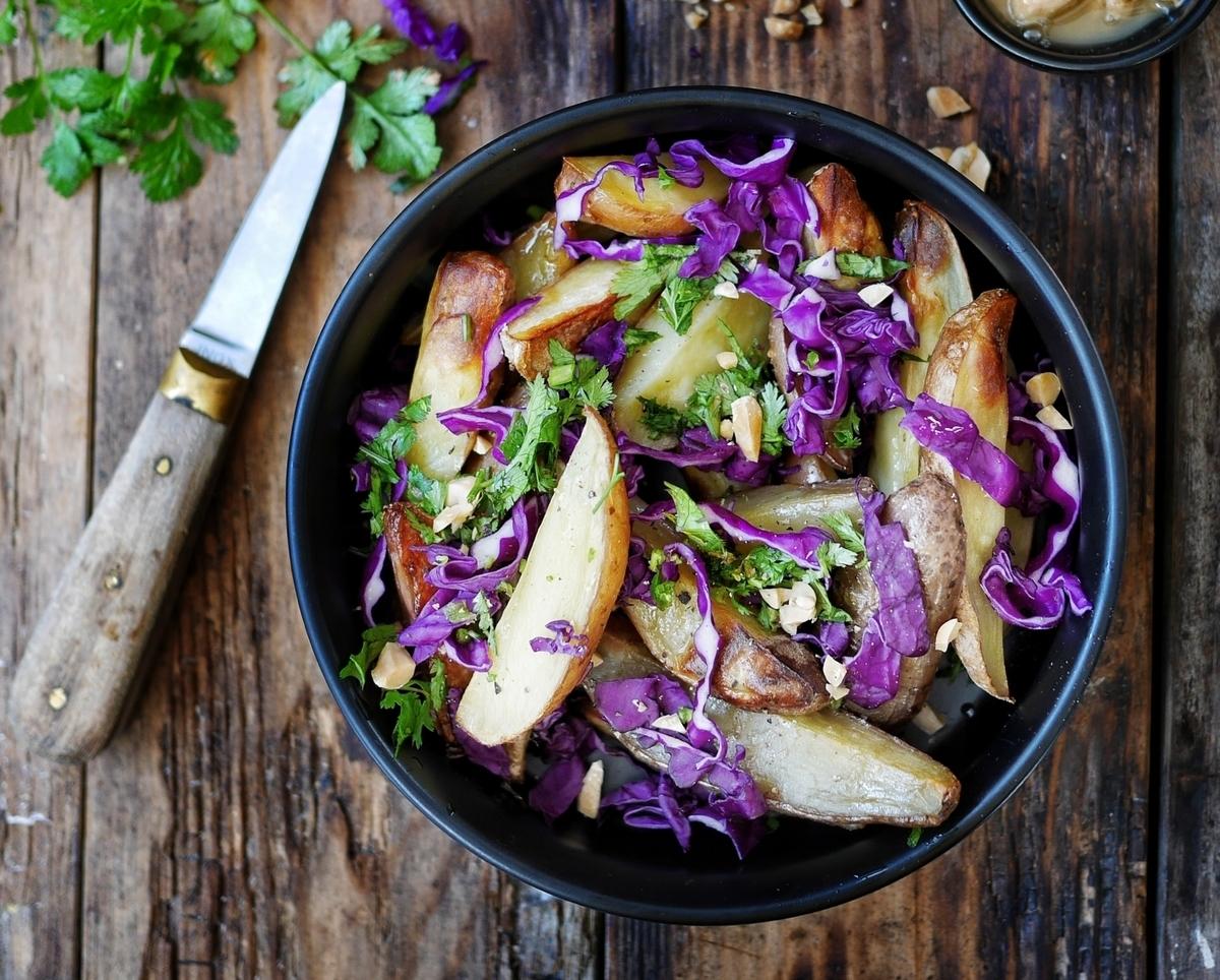 Salade de pommes de terre rôties, chou rouge et coriandre, et sa sauce cacahuète