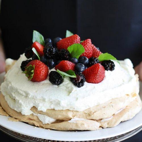 recette de pavlova aux fraises et fruits rouges