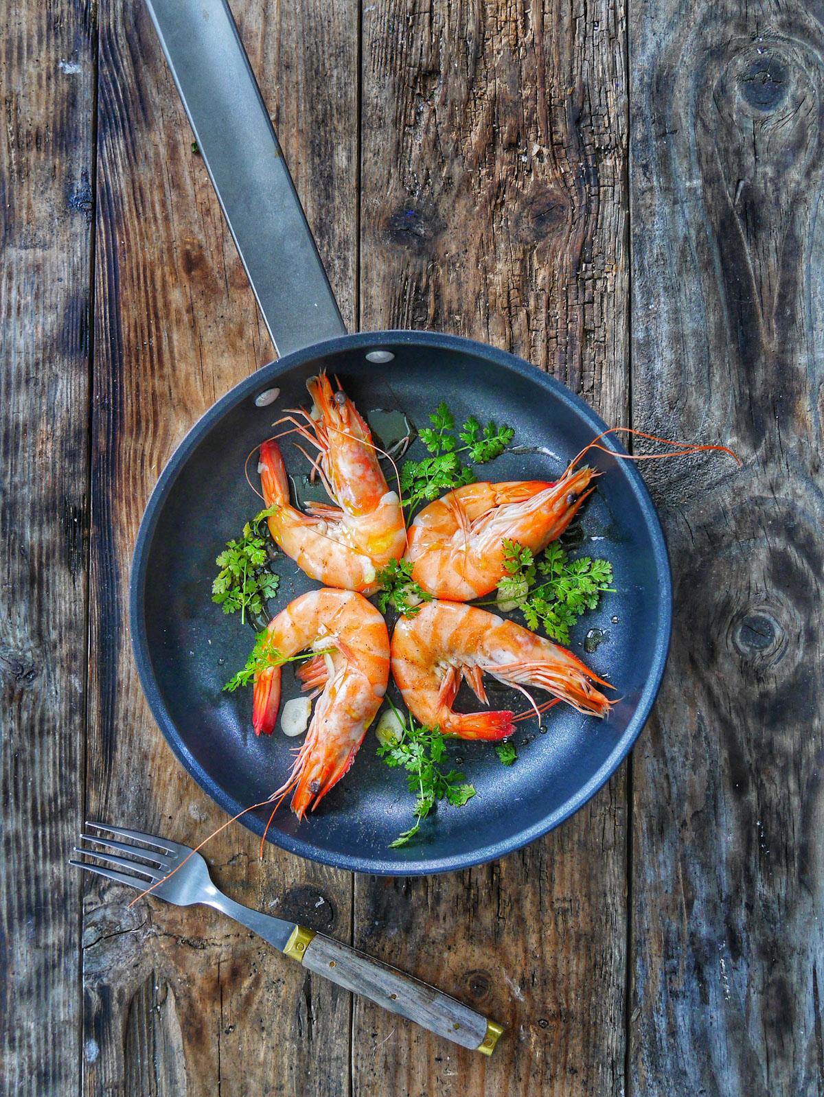 Crevettes à l'ail cuites à la poêle
