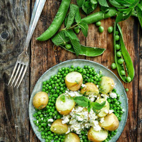 assiette de petits pois à la menthe, feta et pommes de terre