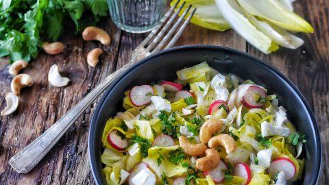 Salade d'endives au radis et noix de ajou