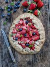 Tarte rustique aux fraises cuites