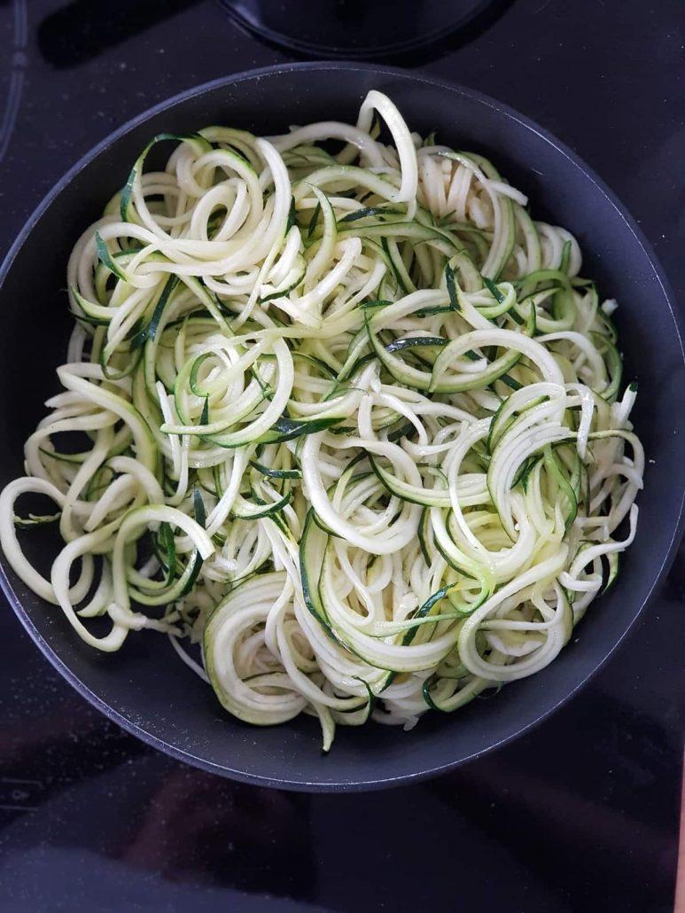Spaghettis de courgettes, sauce tomate au basilic