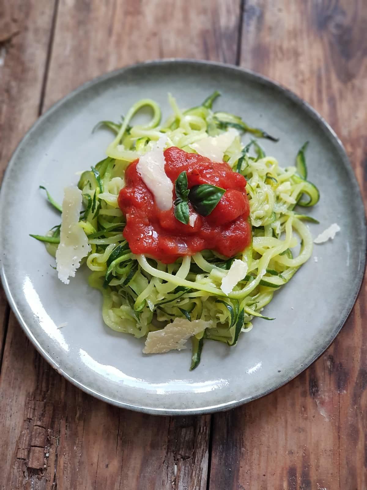 Spaghettis de courgettes cuites, à la sauce tomate