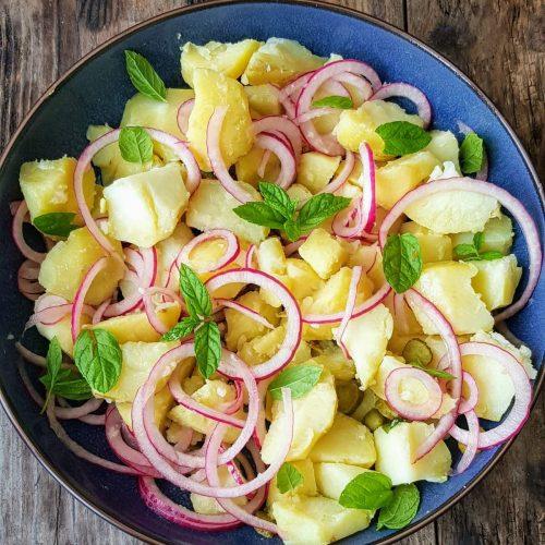 salade de pommes de terre oignons rouge, menthe et cornichons