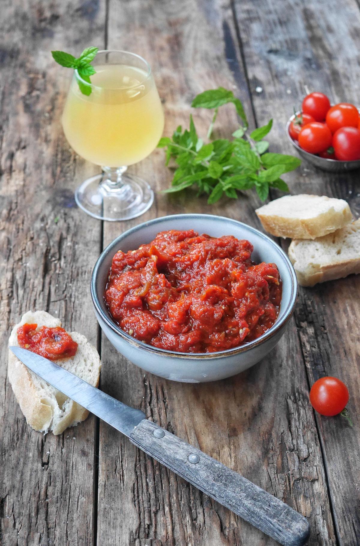 caviar de poivrons rouges dans un bol, servi avec des tartines de pain