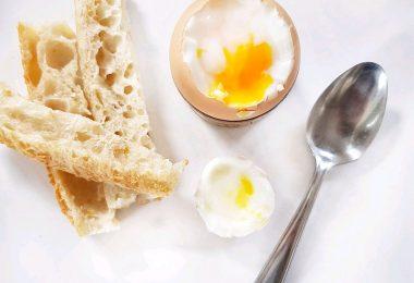 œuf à la coque et mouillettes de pain