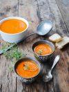 bols de soupe de poivron rouge