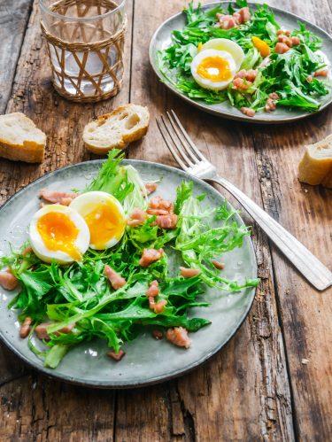 Salade frisée lardons et oeufs mollés