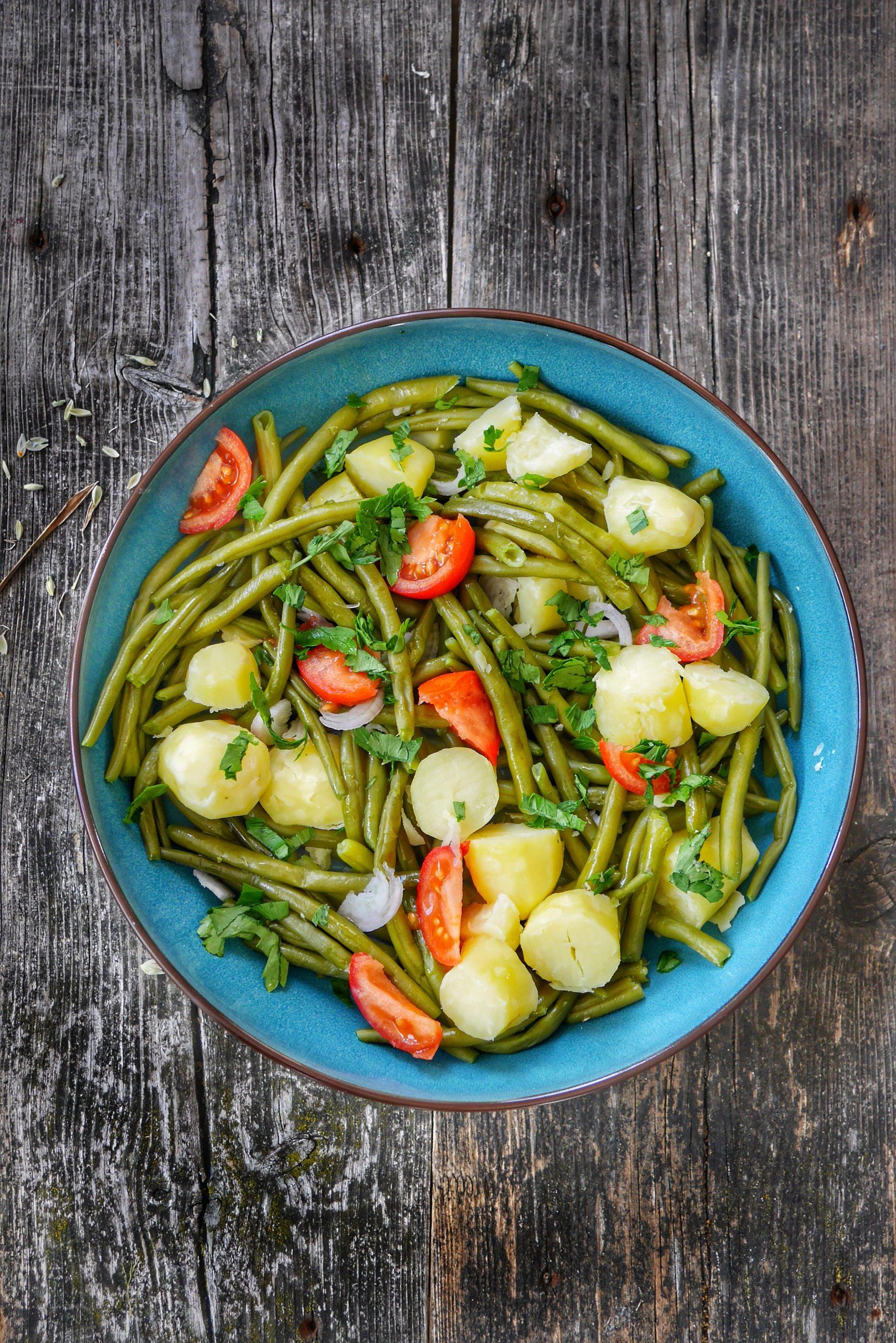 Un plat de salade de haricot verts, pommes de terre à l'eau et tomates