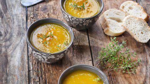 des bols remplis de soupe de carottes jaunes