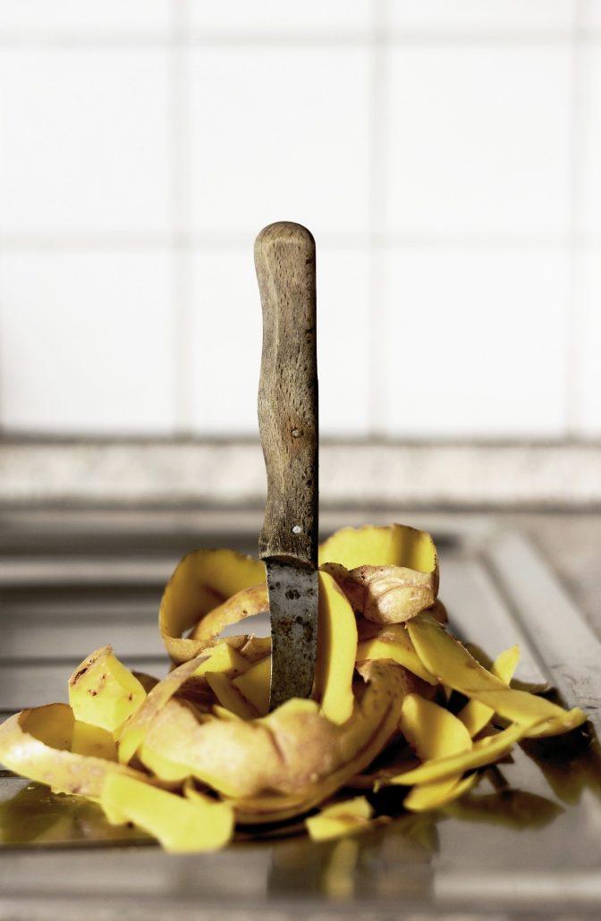 un couteau et des épluchures de pommes de terre