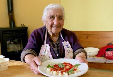 grand mère italienne qui cuisine des pâtes