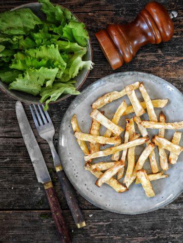 une assiette avec des frites de céleri rave