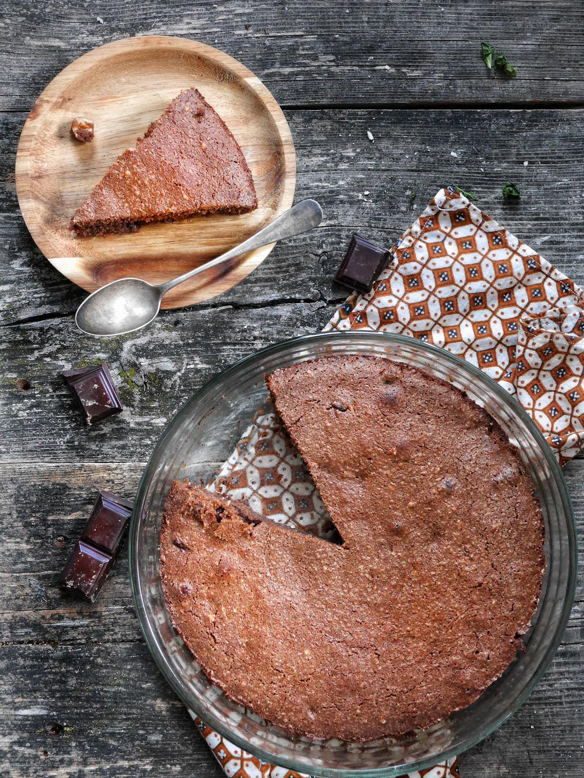 un gâteau au chocolat tranché et fondant