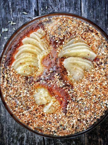 un plat avec un gâteau aux poires et au pralin