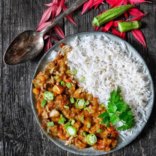 une assiette de gombo de poulet et de riz