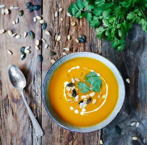 Bol de soupe de patates douces aux graines