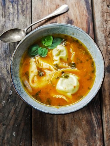 assiette de soupe de tortellinis à la tomate