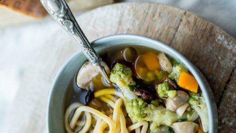 Bol de soupe ramen aux légumes d'hiver