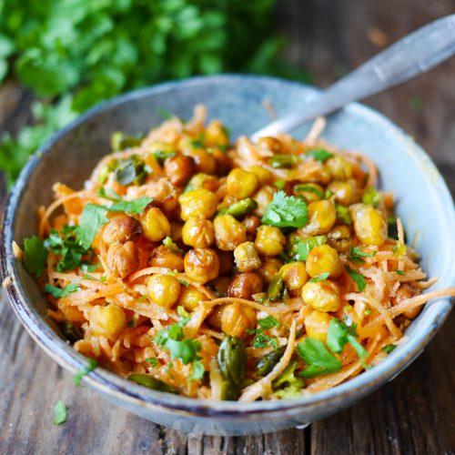 un bol de salade de carottes râpés houmous et pois chiches grillés