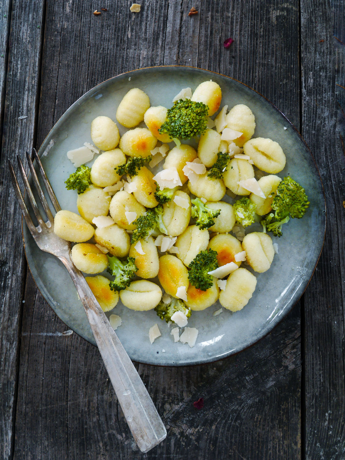 assiette de gocchis aux fleurettes de brocolis