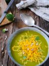 un bol de soupe de brocolis au cheddar