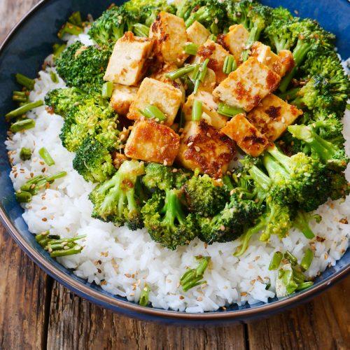 Un plat de riz avec tofu sauté au brocolis