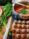 un plat de boulettes sauce tomate