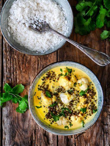 assiette de curry de chou-fleur aux lentilles