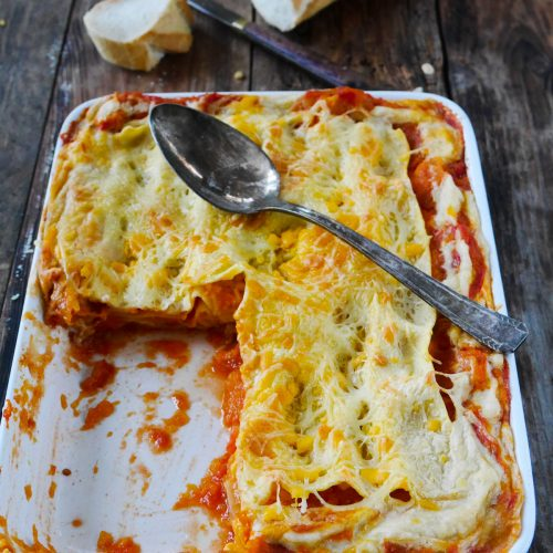 Un plat de lasagnes courge butternut et sauce tomate