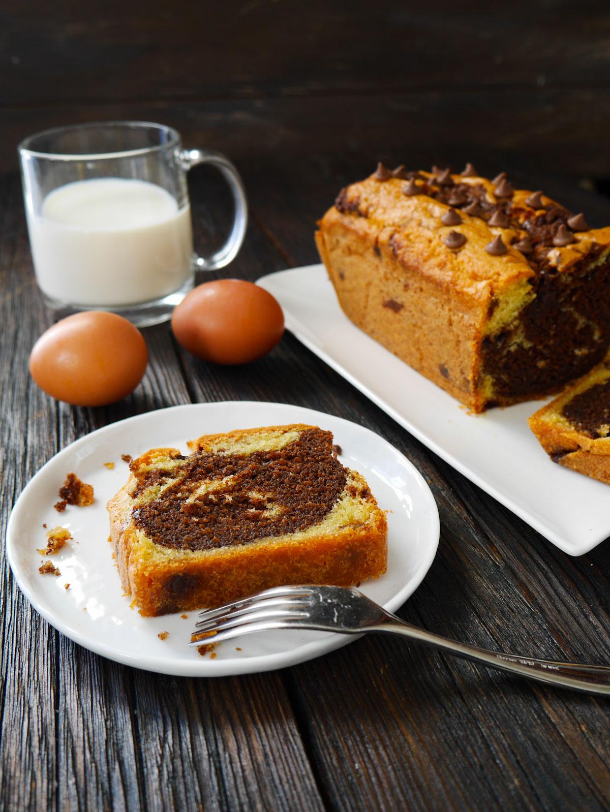 une tranche de gâteau marbré au chocolat au lait