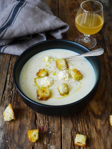 assiette de soupe de chou-fleur au lait sans lactose