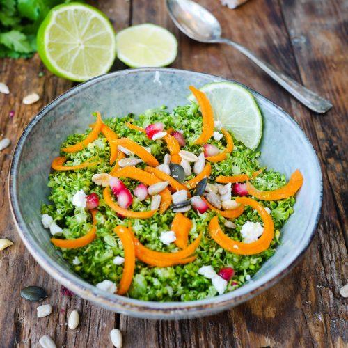 assiette de taboulé de brocolis, carottes et grains de grenade