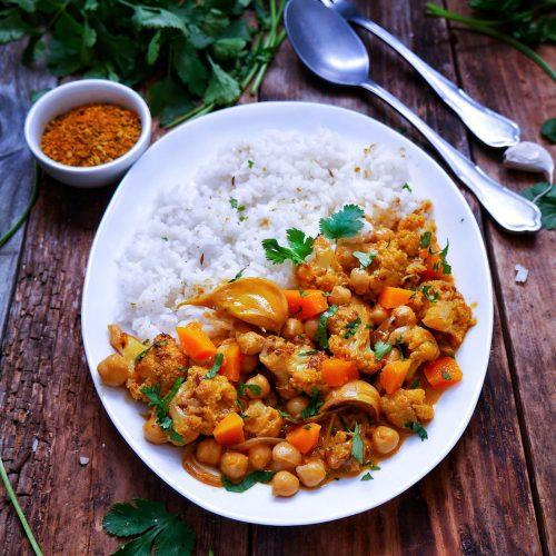 une assiette de curry de cou-fleur courge, servie avec du riz