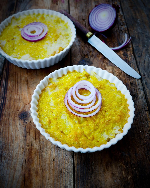 gâteaux de chou-fleur et oignon rouge