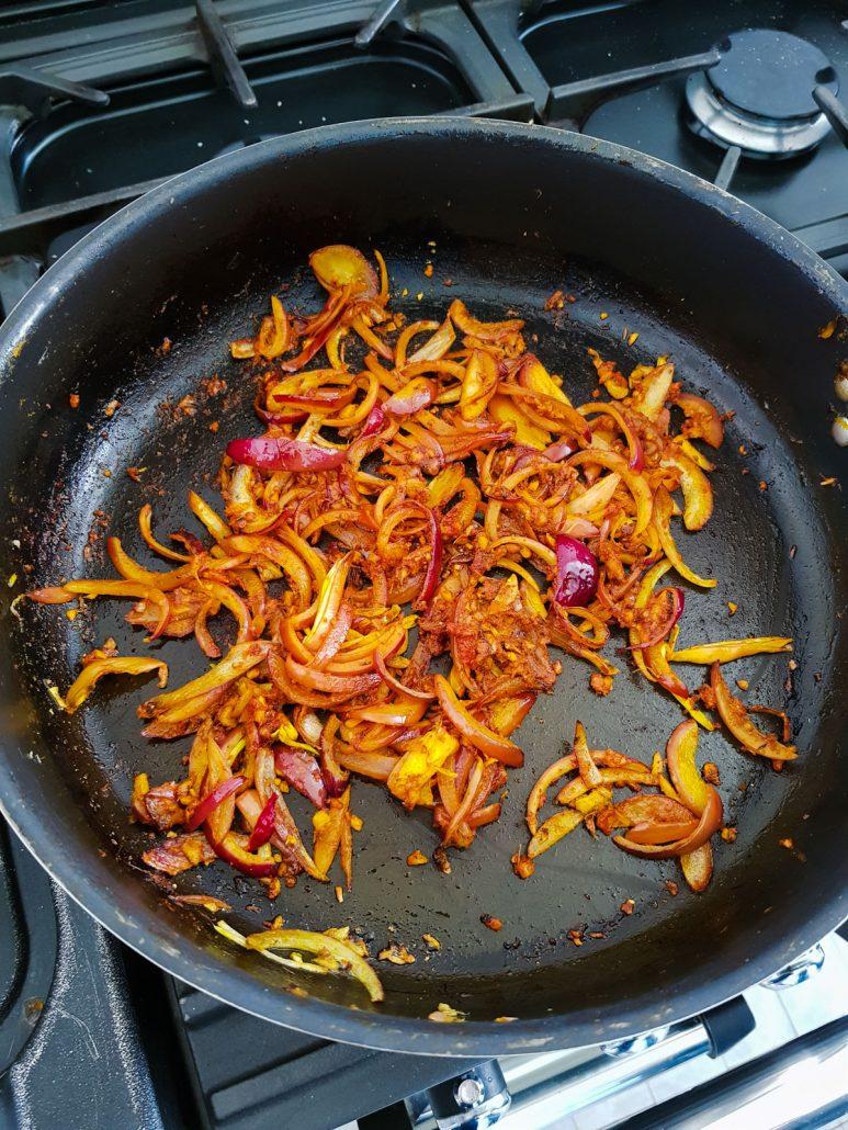 hachis d'oignon et ail pour curry de légumes