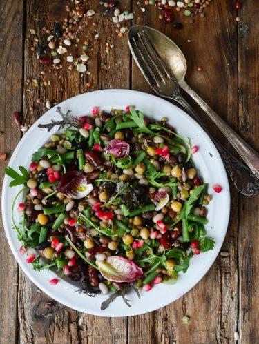 assiette de salade de légumineuse et haricots