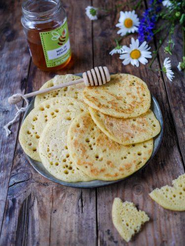 assiette de crêpes marocaines et miel
