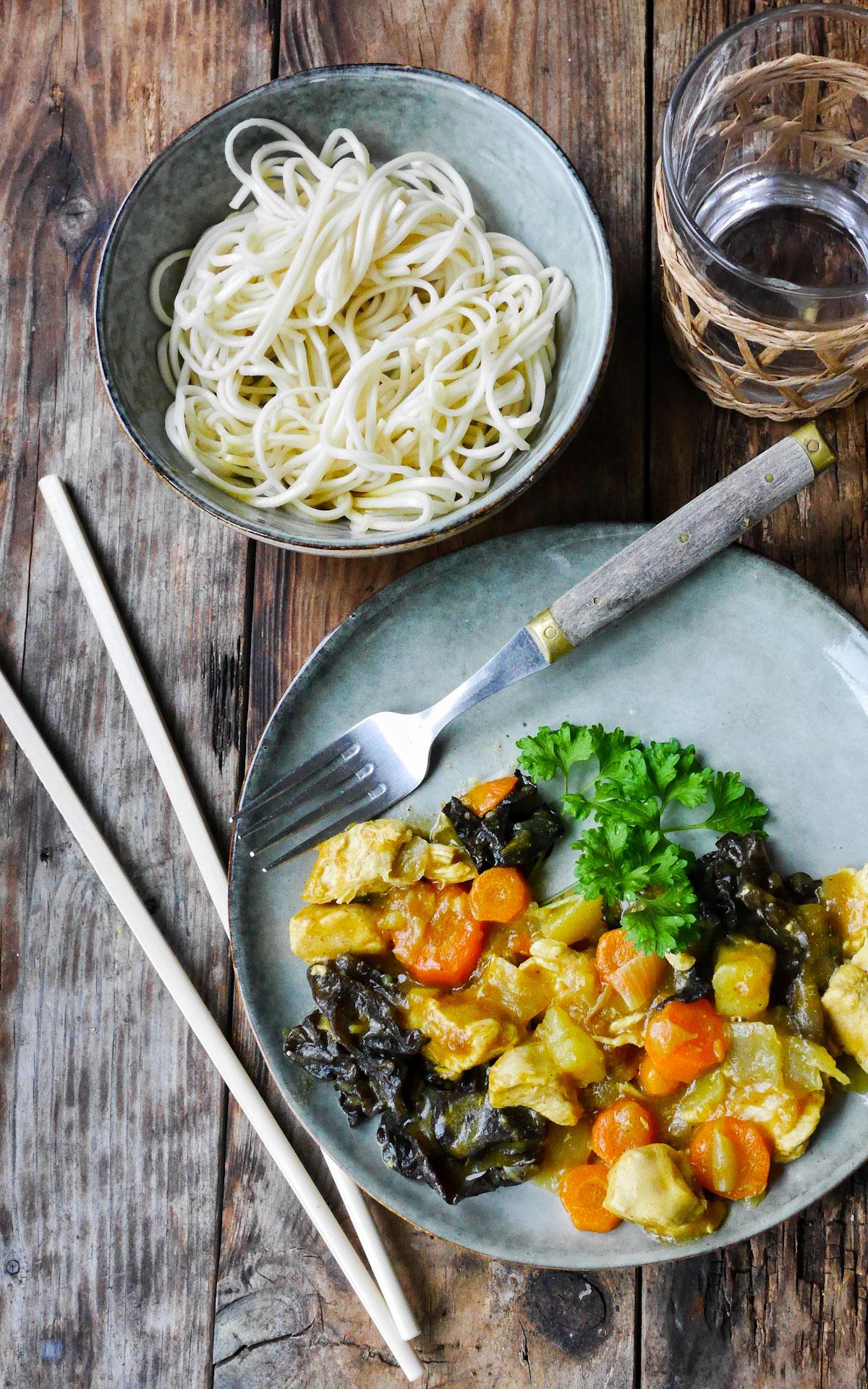 assiette de curry japonais et champignons noirs, servi avec des nouilles