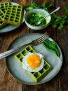 assiettes de gaufres épinards,oeuf au plat, et bol de pesto d'épinards