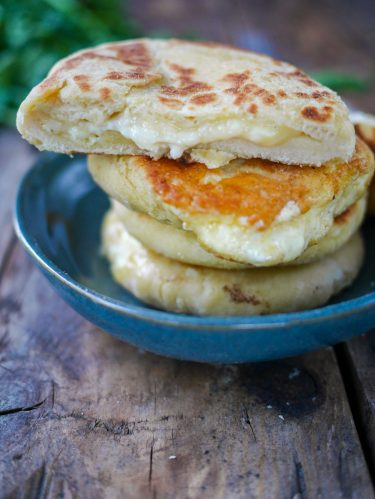 Pain plat avec fromage fondant