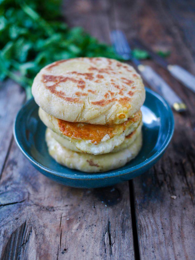 Pains galettes au fromage fondants, cuits à la poêle