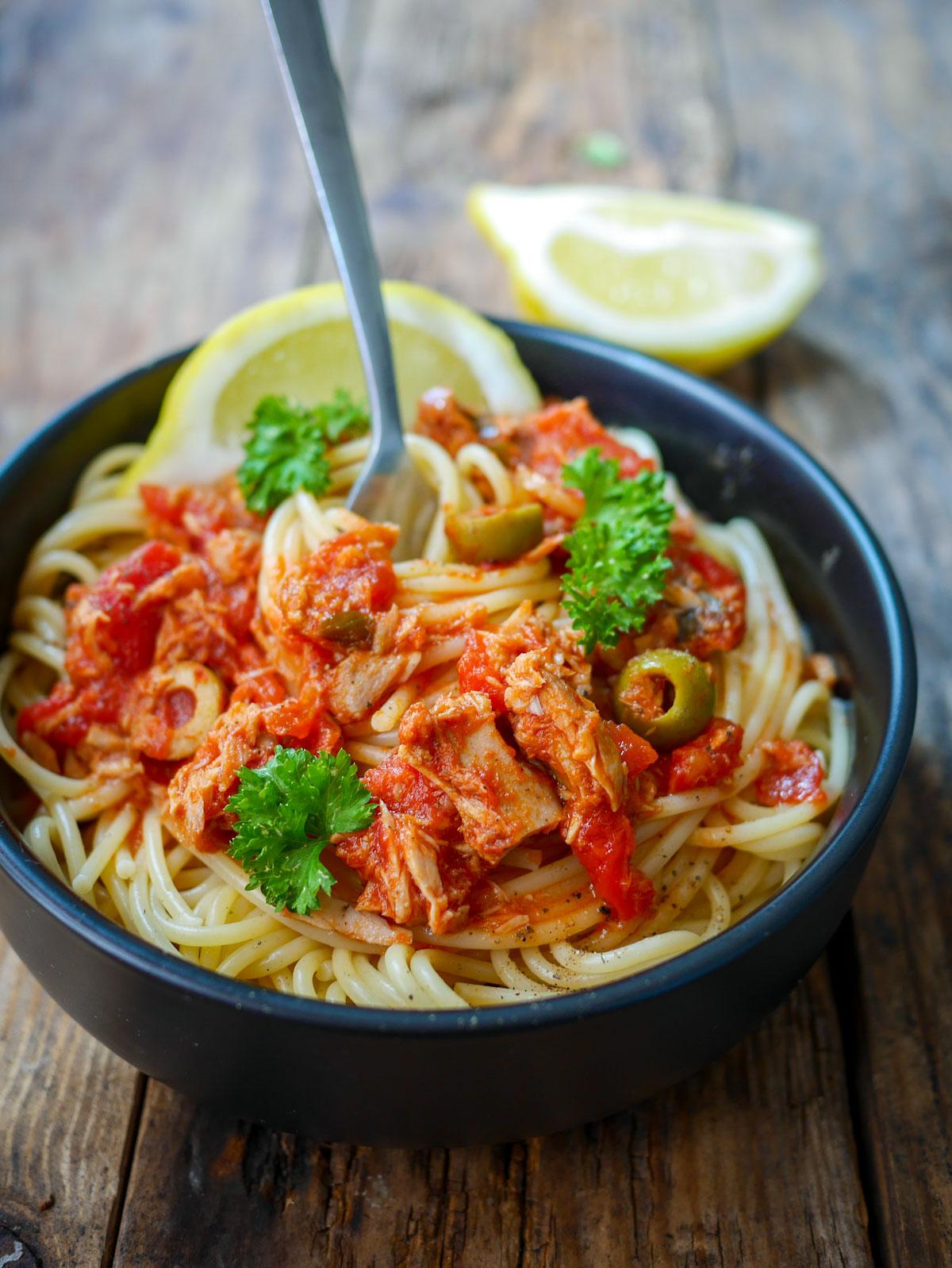 Assiette de spaghettis sauce tomates olives vertes et thon