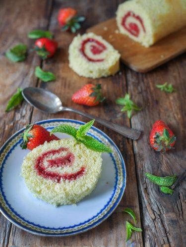 Tranche de gâteau roulé à la fraise