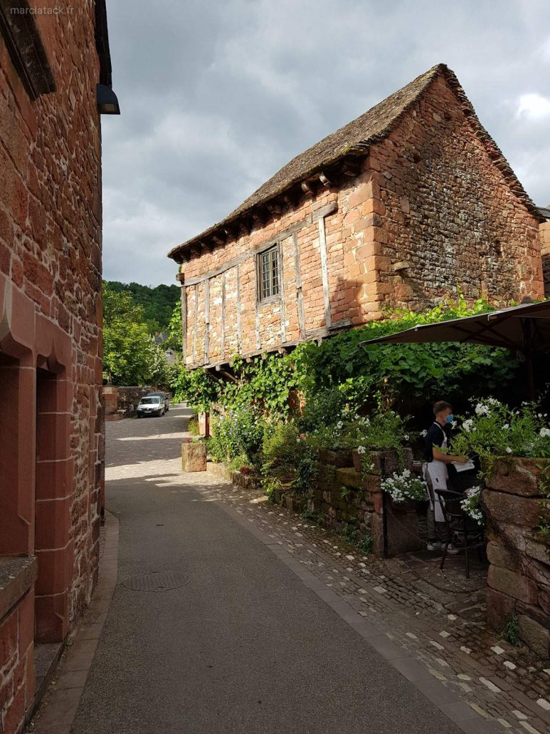 Collonges la rouge : village pourpre et gourmand