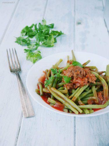 Assiette de haricots verts bolognaise