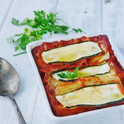 Plat de lasagnes de courgettes à la tomate, sans lactose