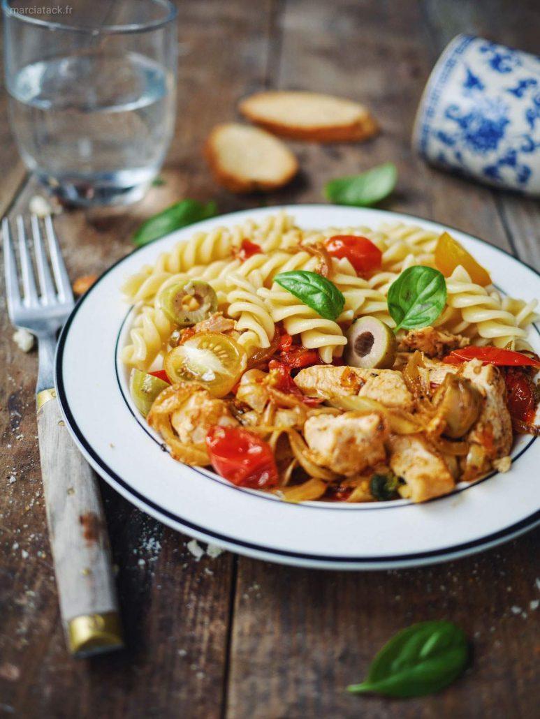 Poulet sauté aux tomates cerises, oignon, ail et olives vertes